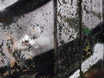 Il vecchio argento arrugginito ha dipinto il metallo con i colpi casuali della pittura immagine stock