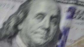 Il vecchio atlante con cento banconote in dollari è caduto sopra  stock footage