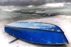 Il vecchio blu rovesciato della barca si trova sulla riva del lago secco Fotografia Stock Libera da Diritti