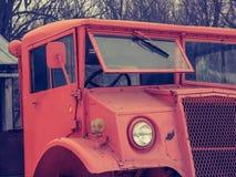 Il vecchio camion arancio dell'esercito Fotografia Stock