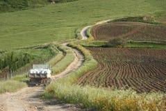 Il vecchio camion attraversa la strada non asfaltata di bobina nella zona rurale Fotografie Stock Libere da Diritti