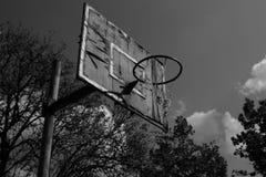 Il vecchio campo da giuoco di pallacanestro, in bianco e nero Fotografia Stock