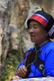 Il vecchio canto della donna di Yi per i turisti alla foresta di pietra a provincia di Kunming, il Yunnan, Cina inoltre sa come S fotografia stock