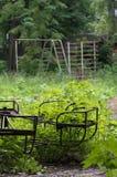 Il vecchio carosello in un cortile abbandonato Immagini Stock