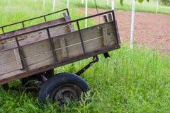 Il vecchio carretto del rimorchio nel campo Fotografia Stock