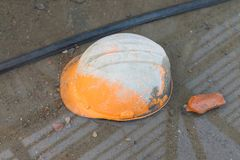 Il vecchio casco sporco del lavoro ha andato sul terreno del cantiere Fotografia Stock Libera da Diritti