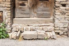 Il vecchio castello o fortezza ha danneggiato la scala o le scale con i punti rotti dei blocchi in calcestruzzo Fotografia Stock