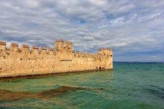 Il vecchio castello in Sirmione sulla polizia del lago, Italia Fotografia Stock Libera da Diritti