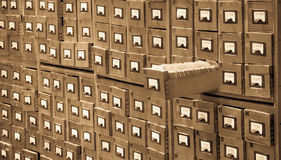 Il vecchio catalogo di riferimento dell'archivio o delle biblioteche con uno ha aperto il cassetto di carta Concetto del catalogo fotografie stock
