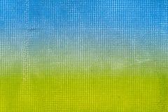 Il vecchio cemento ha strutturato la parete blu e verde con rete e macchie Immagine Stock