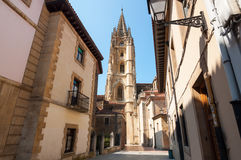 Il vecchio centro città di Oviedo e la cattedrale santa del salvatore si elevano Immagini Stock Libere da Diritti