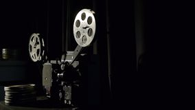 Il vecchio cineproiettore gioca in una stanza scura video d archivio