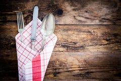 Il vecchio coltello, cucchiaio e si biforca decorativo presentato Fotografia Stock Libera da Diritti