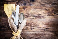 Il vecchio coltello, cucchiaio e si biforca decorativo presentato Immagine Stock Libera da Diritti
