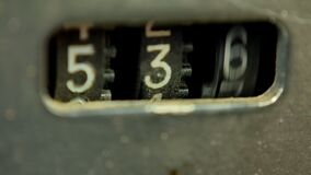 Il vecchio contatore di audio cassetta nel registratore della piastra di registrazione sta girando rapidamente archivi video