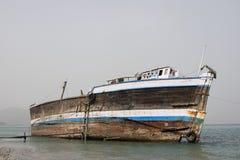 Il vecchio dhow di legno di Khor Fakkan UAE ha lavato su sulla riva Fotografia Stock