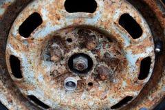 Il vecchio disco dell'automobile arrugginisce nessuno fondo fotografia stock libera da diritti