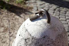 Il vecchio e lucchetto arrugginito poi è legato ad una rondella immagini stock libere da diritti