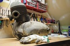Il vecchio e motore sporco dalla motocicletta ceca prima di rinnovamento immagine stock