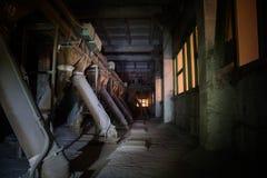Il vecchio elevatore abbandonato del silo con attrezzatura arrugginita ha andato Immagini Stock