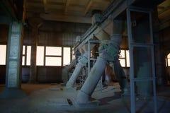 Il vecchio elevatore abbandonato del silo con attrezzatura arrugginita ha andato Immagine Stock