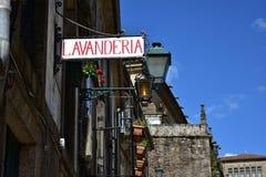 Il vecchio ferro della lavanderia firma dentro la vecchia città immagine stock libera da diritti