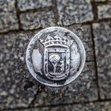 Il vecchio ferro ha fuso la colonna del blocco stradale con il simbolo di Madrid Immagine Stock Libera da Diritti