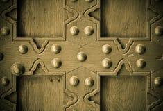 Il vecchio fondo di legno con metallo rivetta il dettaglio d'annata della porta Fotografie Stock