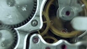Il vecchio funzionamento d'annata del meccanismo dell'orologio, primo piano ha sparato con il fuoco molle stock footage
