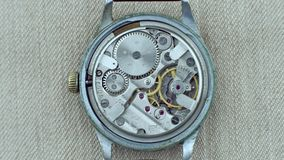 Il vecchio funzionamento d'annata del meccanismo dell'orologio, primo piano ha sparato con il fuoco molle video d archivio