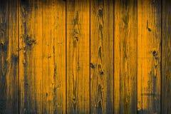 Il vecchio giallo di legno ha dipinto pelare le plance, fondo di struttura Fotografie Stock