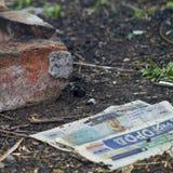 Il vecchio giornale si trova sulla terra fotografia stock