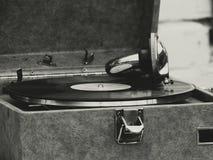 Il vecchio grammofono sulla tavola Immagini Stock