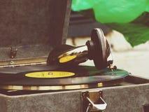 Il vecchio grammofono sulla tavola Fotografia Stock