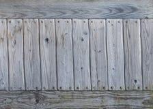 Il vecchio gray ha esposto all'aria la parete di legno annodata Fotografia Stock Libera da Diritti