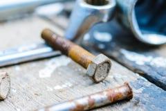 Il vecchio, hub di ruota lubrificato si trova su una tavola di legno Fotografia Stock