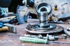 Il vecchio, hub di ruota lubrificato si trova su una tavola di legno Fotografie Stock