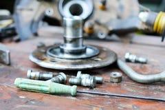 Il vecchio, hub di ruota lubrificato si trova su una tavola di legno Fotografia Stock Libera da Diritti