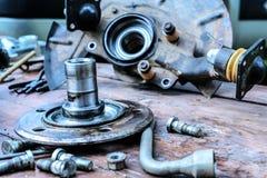 Il vecchio, hub di ruota lubrificato si trova su una tavola di legno Fotografie Stock Libere da Diritti