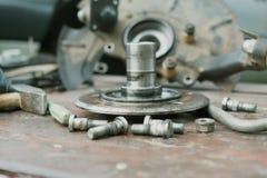 Il vecchio, hub di ruota lubrificato si trova su una tavola di legno Immagini Stock Libere da Diritti