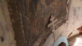 Il vecchio incrocio cristiano si trova vicino alla parete pittoresca stock footage