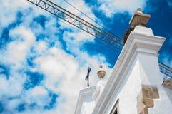 Il vecchio incrocio della chiesa con bianco del nido e degli azzurri della cicogna si appanna immagini stock libere da diritti