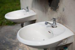 Il vecchio lavabo ceramico della mano Immagine Stock