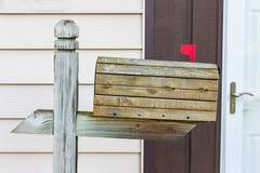 Il vecchio legno stagionato ha coperto ancora la cassetta delle lettere in servizio Fotografie Stock