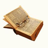 Il vecchio libro con vetro rotondo 1 Fotografia Stock
