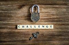 Il vecchio lucchetto d'annata e la chiave con la sfida firmano fotografia stock libera da diritti