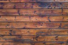 Il vecchio marrone stagionato dell'annata ha sopravvissuto il recinto di legno annodato della plancia o la parete, si chiude su fotografia stock