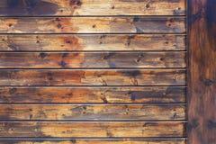 Il vecchio marrone stagionato dell'annata ha sopravvissuto il recinto di legno annodato della plancia o la parete, si chiude su fotografia stock libera da diritti