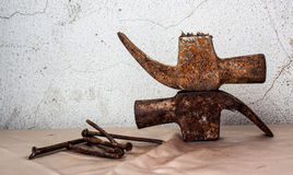Il vecchio martello con fuori tratta ed inchioda la natura morta Fotografia Stock
