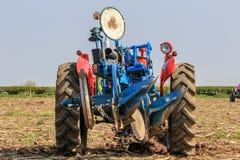 Il vecchio massey rosso fergusen il trattore alla partita d'aratura Fotografia Stock